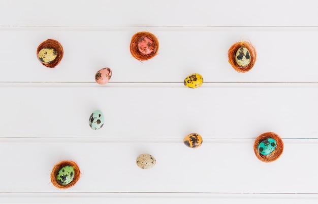Composition d'œufs de caille de pâques dans des nids