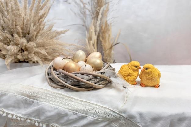 Composition d'oeufs sur le fond de la table. composition de pâques.