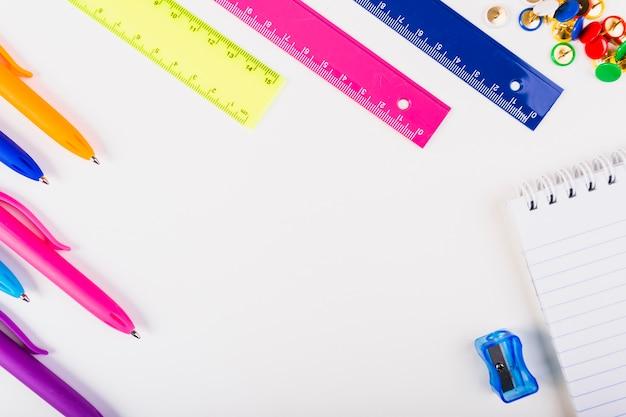 Composition avec papeterie scolaire multicolore