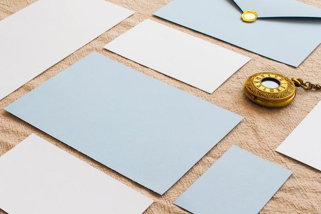 Composition de papiers de couleur et d'horloges vintage