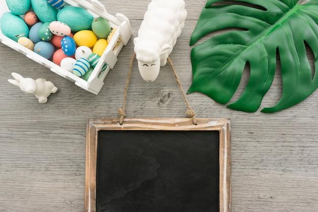 Composition de pâques avec ardoise vierge et d'autres objets