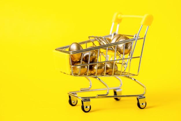 Composition de pâques. chariot de magasinage