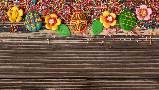 Composition de pâques. fleurs douces et oeufs en forme de cadre sur bois foncé. vue de dessus.