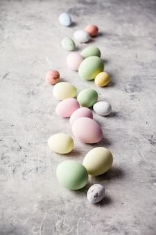 Composition de pâques sur fond de béton gris