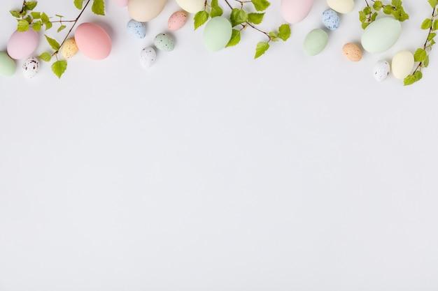 Composition de pâques sur fond blanc, vue de dessus