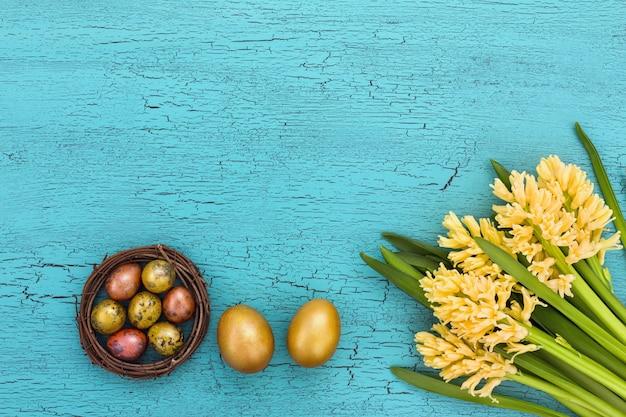 Composition de pâques avec des jacinthes jaunes et des oeufs de pâques. vue de dessus, espace de copie.