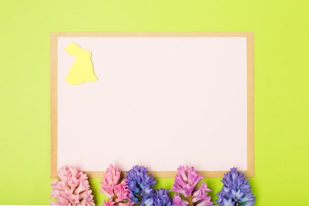 Composition de pâques avec jacinthes, lapin et papier vierge. contexte. concept de pâques.
