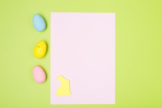 Composition de pâques avec jacinthes, oeufs, lapin et papier vierge. contexte. concept de pâques.