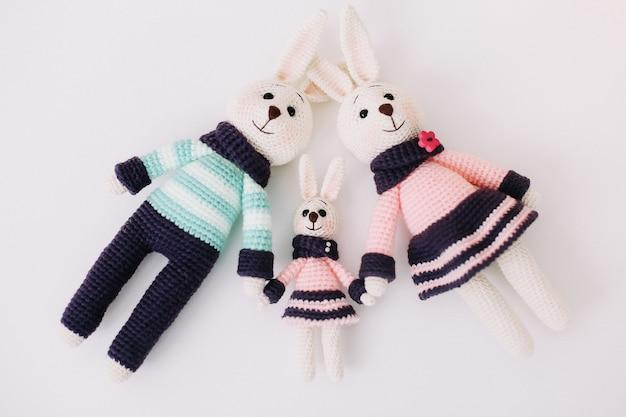 Composition de pâques avec une jolie famille de lapins tricotés à la main