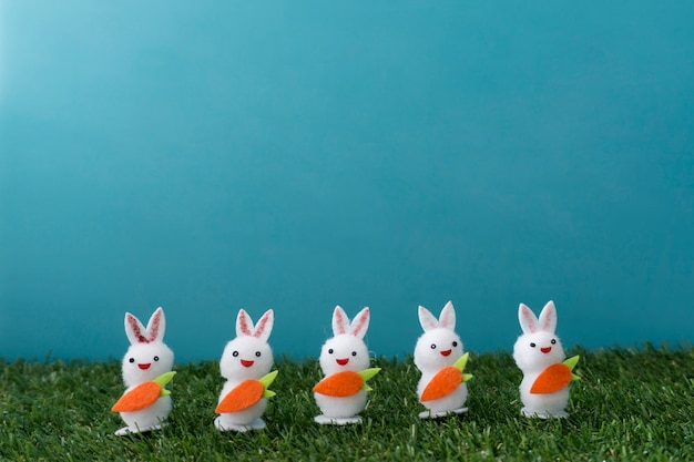 Composition de pâques avec des lapins décoratifs
