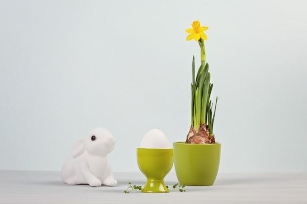 Composition de pâques avec des lapins et des œufs