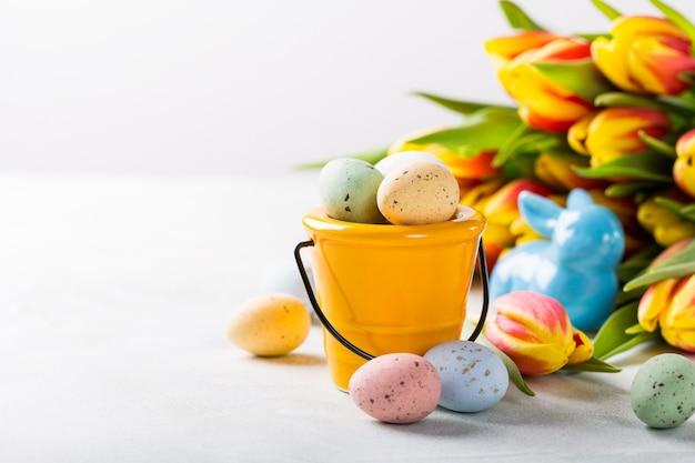 Composition de pâques avec des oeufs de caille et des tulipes