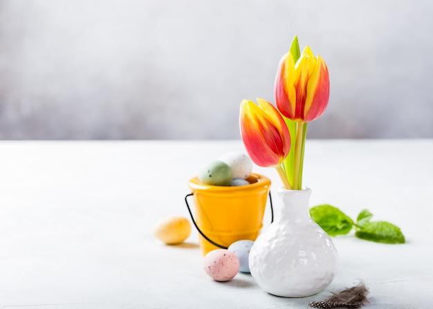 Composition de pâques avec des tulipes de printemps