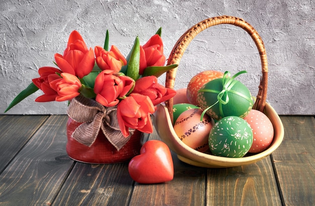 Composition de pâques avec des tulipes rouges