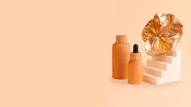 Composition à partir de bouteilles de cosmétiques et de fleur de flamant doré. couleurs beiges neutres, conteneurs zéro déchet. photographie avec espace de copie, bon pour la publicité. podium géométrique tendance près, grande bannière.