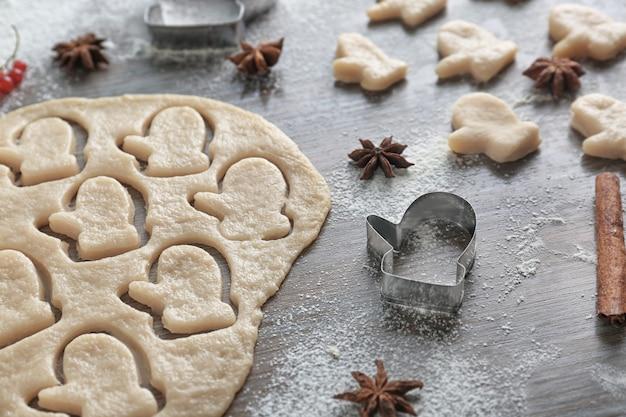 Composition avec pâte pour biscuits de noël sur table en bois