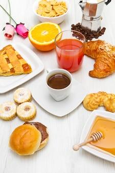 Composition avec petit déjeuner sur la table