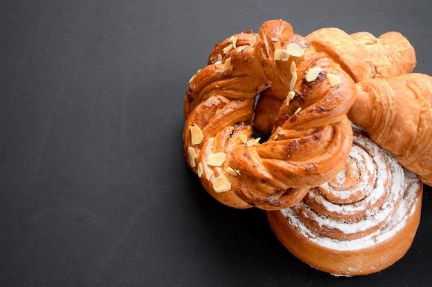 Composition de petits pains à dessert sur tableau noir.