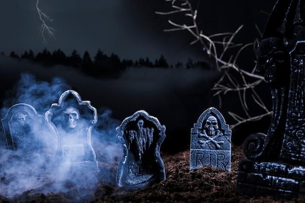 Composition avec des pierres tombales sur la colline