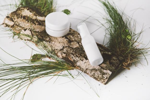 Composition avec pipette flacon en verre de sérum sur écorce de surface arbre