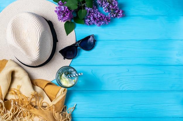 Composition de piscine de plage d'été avec des lunettes de soleil chapeau fait référence boisson sur bois