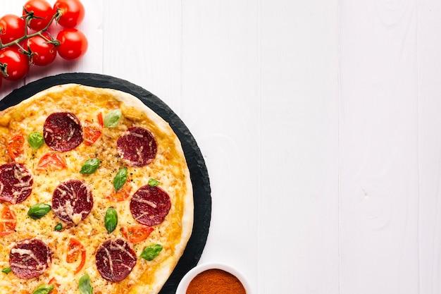 Composition de pizzas à plat avec fond
