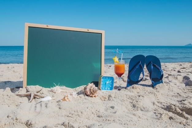Composition sur plage avec des objets