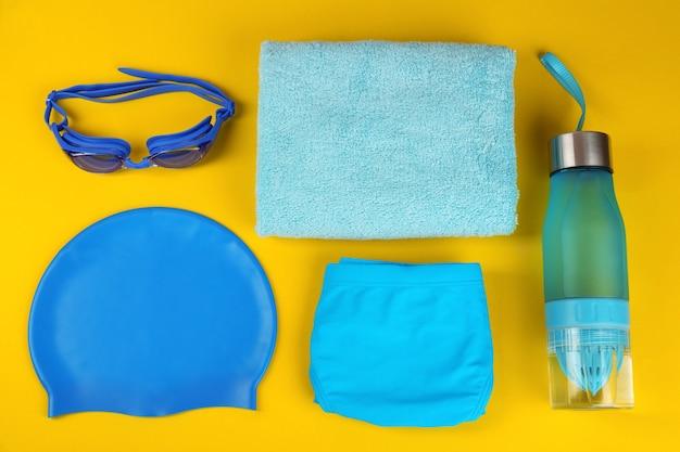 Composition à plat avec accessoires de natation sur fond jaune