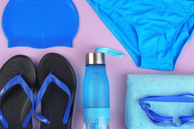 Composition à plat avec accessoires de natation sur fond violet