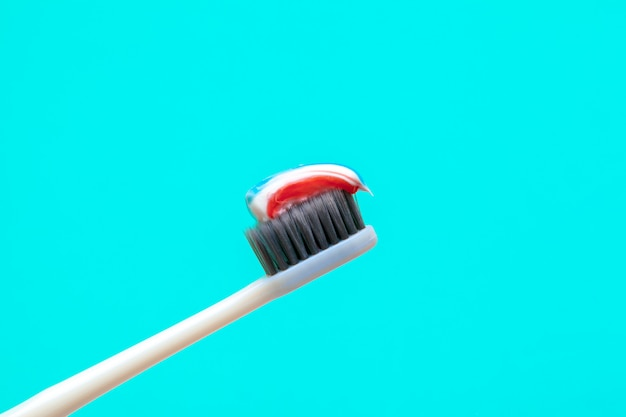 Composition à plat avec des brosses à dents manuelles sur la couleur, gros plan