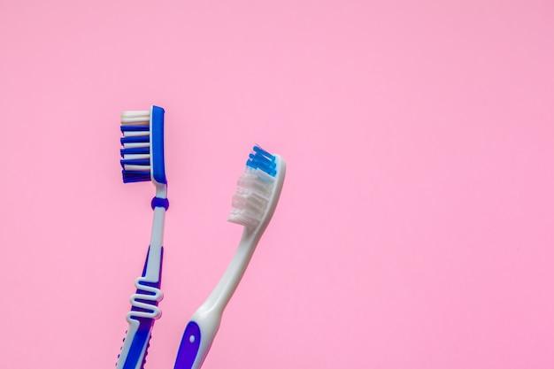 Composition à plat avec brosses à dents manuelles