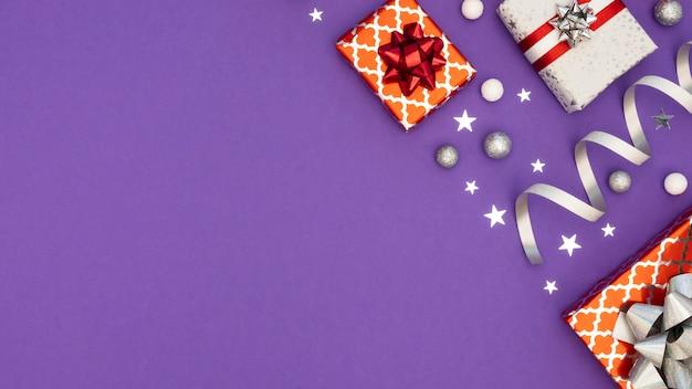 Composition à plat de cadeaux emballés