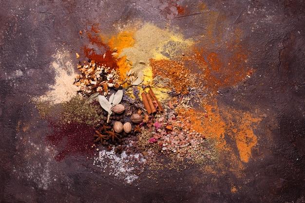 Composition à plat de diverses épices comme peinture abstraite de couleur d'art, vue de dessus