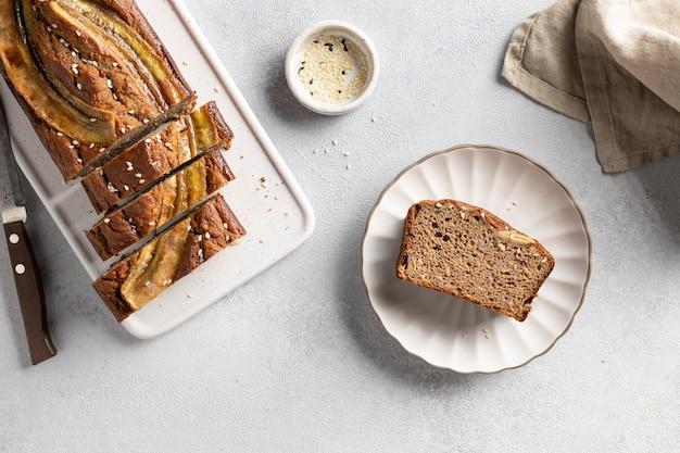 Composition à plat avec du pain aux bananes de sarrasin végétalien