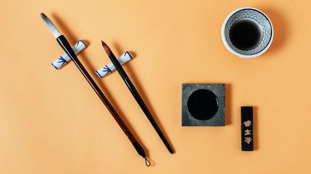 Composition à plat d'éléments chinois avec de l'encre