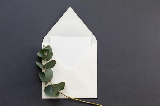 Composition à plat avec une enveloppe blanche.