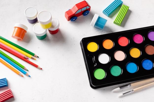 Composition à plat avec des fournitures scolaires colorées