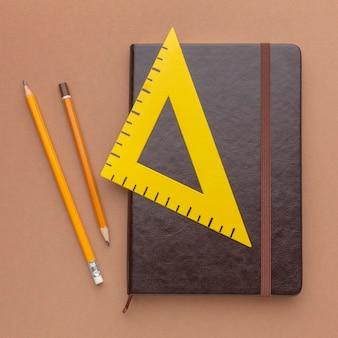 Composition à plat de fournitures scolaires