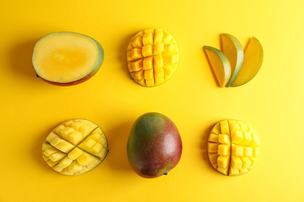 Composition à plat avec des mangues mûres sur fond de couleur