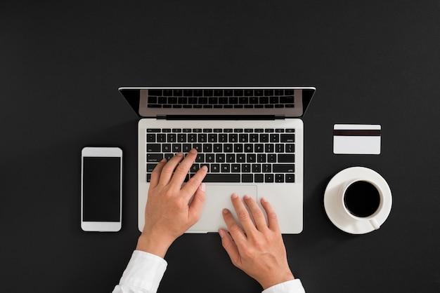Composition à plat minimaliste d'un ordinateur portable, d'un gadget pour téléphone portable, d'une tasse de café sur fond de table. vue de dessus de l'espace de travail, espace de copie