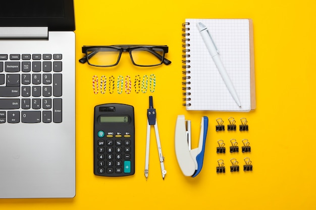 Composition à plat d'outils de bureau, papeterie sur jaune