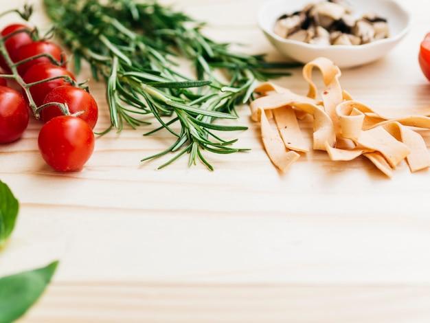 Composition à plat de pâtes avec fond