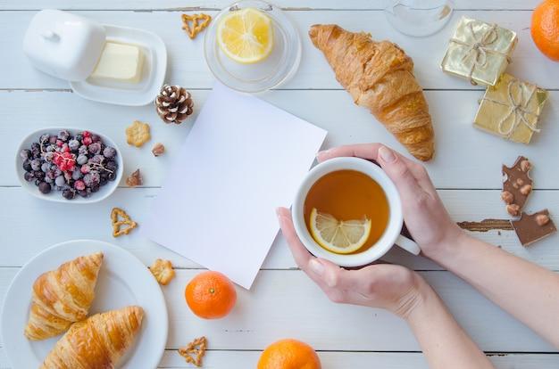 Composition à plat poser maquette petit déjeuner. femme, tasse de thé