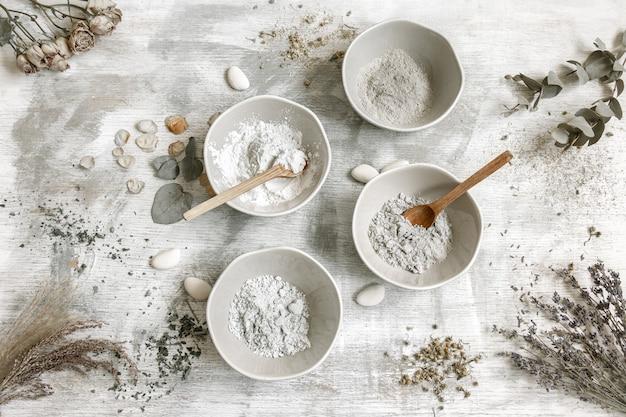 Composition à plat avec la préparation d'un masque facial à partir d'argile, ingrédients naturels en cosmétologie.