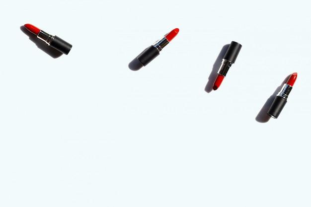 Composition à plat, rouges à lèvres sur blanc avec ombre. beau concept de maquillage