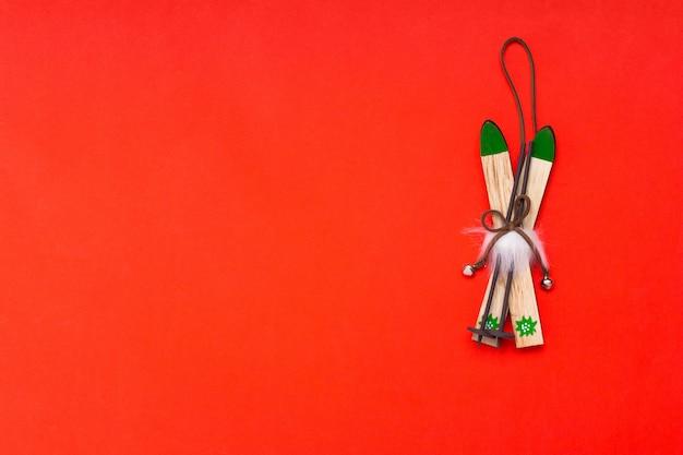 Composition de plat de skis de décoration de noël en bois. fond rouge avec fond.
