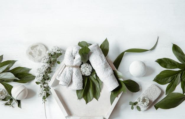 Composition à plat de spa avec accessoires de bain pour l'hygiène personnelle et les soins du corps.