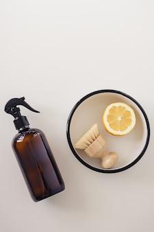 Composition à plat d'ustensile et d'un demi-citron jaune coupé sur une surface blanche, vue de dessus. instruction étape par étape de la recette de détergent domestique non toxique. outils et produits de nettoyage écologiques.
