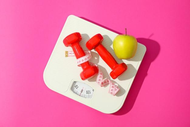 Composition plate avec des accessoires de pesée de perte sur fond de couleur