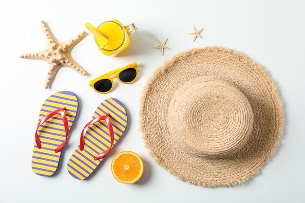 Composition plate avec des accessoires de vacances d'été sur fond blanc, vue de dessus. joyeuses fêtes